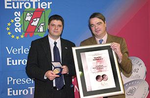 Überreichung der Neuheiten Silbermedaille der DLG für KRAIBURG KURA Laufgangmatte an der EuroTier 2002