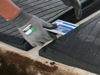 The distance between the WINGFLEX cubicle mats for dairy cows for installation profiles is determined with the KRAIBURG assembling tool