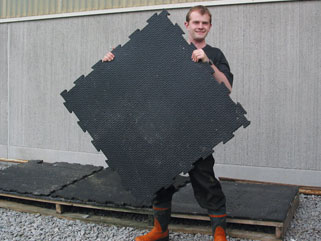 Sven Jansson, Skara, is very satisfied with KRAIBURG rubber mats in the cold barn